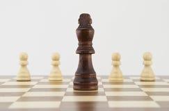 Schaakkoning en panden op schaakbord Royalty-vrije Stock Afbeelding