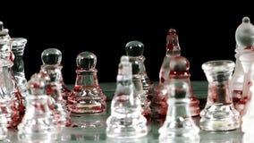 Schaakspel van glas wordt gemaakt dat stock videobeelden