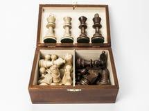 Schaakstukken in doos met getoonde koningen en koninginnen Stock Foto's