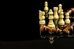 Schaakstukken op een zwarte achtergrond Spelschaak checkmate Het concept nederlaag en overwinning royalty-vrije stock foto