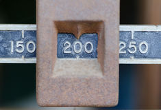 Schaal aan 200 pond in close-up wordt geplaatst die Royalty-vrije Stock Foto's