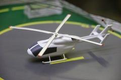 Schaal modelhelikopter op een helihaven Royalty-vrije Stock Foto