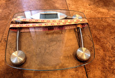 Schaal om gewicht met een metende band te controleren stock afbeelding