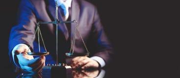 Schaal van rechtvaardigheid, advocaat of procureursconcept royalty-vrije stock foto