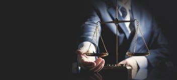 Schaal van rechtvaardigheid, advocaat of procureursconcept royalty-vrije stock foto's