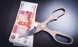 Schaar de bankbiljetten van die besnoeiingsroebels op een licht royalty-vrije stock foto