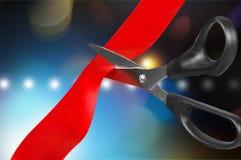 Schaar die rood lint op bokehachtergrond snijden royalty-vrije stock foto's