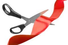 Schaar die rood lint snijdt stock afbeelding