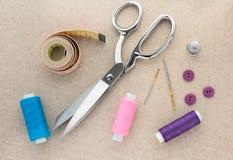 Schaar, draad, die Band meten, die Naald, Vingerhoedje naaien stock fotografie