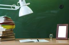 schaar en potloden op de achtergrond van kraftpapier-document Leraar of studentenbureaulijst Het concept van het onderwijs Terug  stock afbeelding