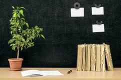 schaar en potloden op de achtergrond van kraftpapier-document Terug naar het Concept van de School Stock Foto