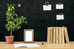 schaar en potloden op de achtergrond van kraftpapier-document Terug naar het Concept van de School Royalty-vrije Stock Foto's