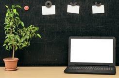 schaar en potloden op de achtergrond van kraftpapier-document Terug naar het Concept van de School Laptop met het lege scherm op  Royalty-vrije Stock Afbeelding