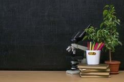 schaar en potloden op de achtergrond van kraftpapier-document Terug naar het Concept van de School Leraar of studentenbureaulijst royalty-vrije stock foto