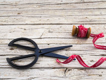 Schaar en rood lint op houten achtergrond Stock Fotografie