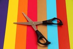 Schaar op gekleurd karton. Stock Fotografie