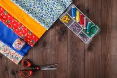 Schaar, spoelen met draad en naalden, gestreepte stof Royalty-vrije Stock Foto's