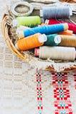 Schaar, spoelen met draad en naalden, gestreepte stof Oude Naaiende Hulpmiddelen Stock Afbeeldingen