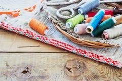 Schaar, spoelen met draad en naalden, gestreepte stof Oude Naaiende Hulpmiddelen Stock Foto
