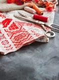 Schaar, spoelen met draad en naalden, gestreepte stof Oude naaiende hulpmiddelen op de achtergrond Uitstekende achtergrond Royalty-vrije Stock Foto