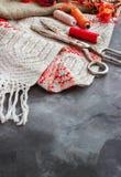 Schaar, spoelen met draad en naalden, gestreepte stof Oude naaiende hulpmiddelen op de achtergrond Uitstekende achtergrond Stock Afbeelding