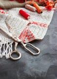 Schaar, spoelen met draad en naalden, gestreepte stof Oude naaiende hulpmiddelen op de achtergrond Uitstekende achtergrond Royalty-vrije Stock Afbeeldingen