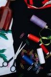 Schaar, spoelen met draad Reeks gekleurde draden in de spoel met schaar Naaiende uitrusting Naaiende toebehoren: schaar, band, Royalty-vrije Stock Foto's