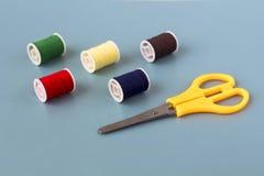 Schaar, spoelen van gekleurde draad stock afbeelding
