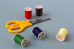 Schaar, spoelen van gekleurde draad royalty-vrije stock fotografie