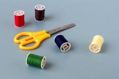 Schaar, spoelen van gekleurde draad royalty-vrije stock foto