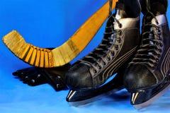 Schaatsen voor opleiding op ijs en een hockeystok met een bal De vleten worden gebruikt voor beweging op een vlakke stevige ijsop stock foto's