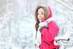 Schaatsende de wintervrouw van het ijs in sneeuw Stock Afbeeldingen