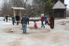 Schaatsende kinderen op houten carrousels Stock Foto's