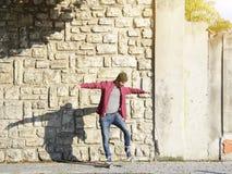Schaatser die op zijn vleet in de stad uitwerken Stock Afbeelding
