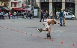 Schaatsermanoeuvres door kegels op het Plaatsdu Palais Royal, Pari Royalty-vrije Stock Afbeelding
