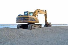 Schaberbagger, der den Strand durch das Meer schattiert lizenzfreie stockfotografie