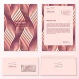 Schablone des Briefkopf- und Postumschlags mit gesponnenem kupfernem Muster Stockfotos