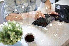 Schablone für Text, virtueller Schirm Hintergrund mit Ikonen Geschäft, Internet-Technologie und Vernetzungskonzept stockbilder