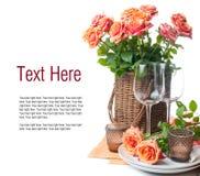 Schablone mit festlicher Tabelleneinstellung mit Rosen Stockfotografie