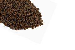 Schablone mit getrennten Kaffeebohnen stockfotos