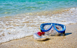 Schablone und Snorkel, die auf Sand liegen Lizenzfreie Stockfotografie