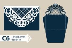 Schablonenglückwunschumschlag mit geschnitztem openwork Muster Lizenzfreie Stockbilder