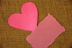 Schablonenkopien-Raumtext des Entwurfsgeschäftskonzeptes simsen leerer für Anzeigenwebsite rosa heftige Papieranmerkungsherzliebe lizenzfreies stockfoto