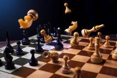 Schach auf einem hölzernen Brett Stockbilder