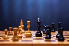 Schach auf einem hölzernen Brett Stockfotografie