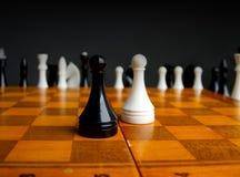 Schach auf einem Schachbrett Lizenzfreie Stockfotos