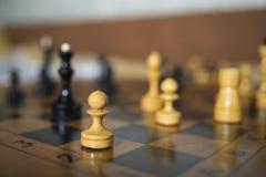 Schach-Brettabschluß gerichtet auf weißes Pfand Lizenzfreie Stockbilder