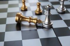 Schach-Brettspiel Königin, der wichtigste Soldat besiegte den König Bessere Strategie oder Idee verweisend, schlagen Sie immer an stockfotografie