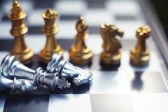 Schach-Brettspiel Ordnende Position des Teams Geschäft wettbewerbsfähig und Strategieplanungskonzept lizenzfreie stockfotos