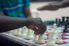 Schach, das im Park spielt Lizenzfreie Stockfotos